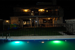 600x400 frontal jardin piscina noche dam preview